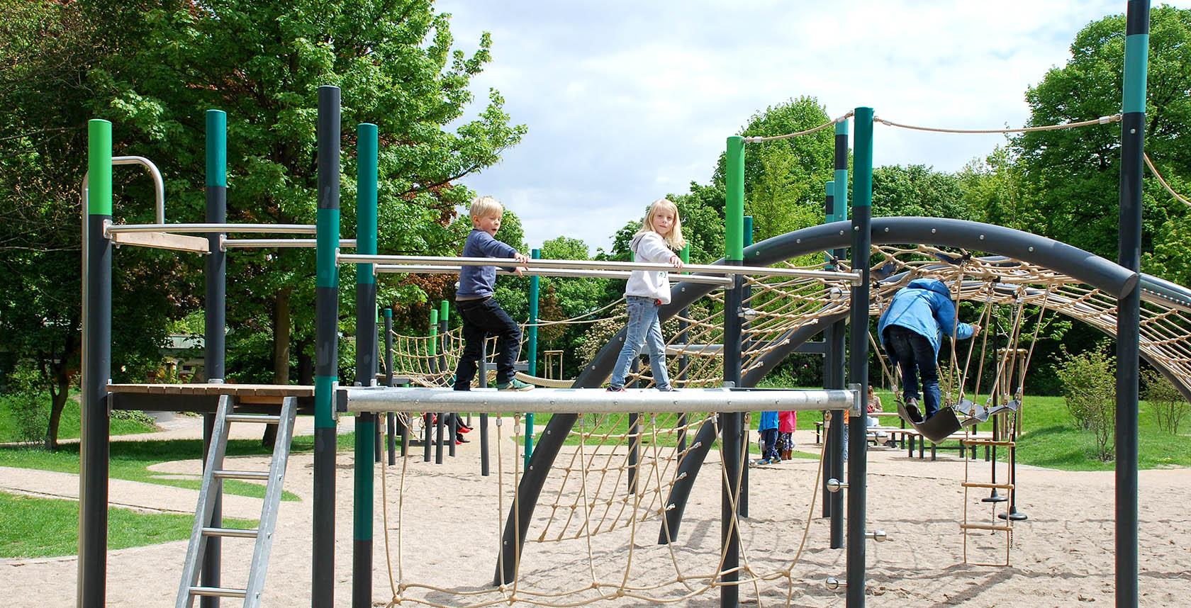 Klettergerüst Spielplatz : Spielplatz in der stadt leinwandbilder u bilder schieber